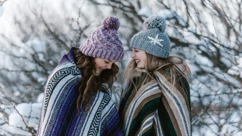 Due cristiani che parlano nella neve