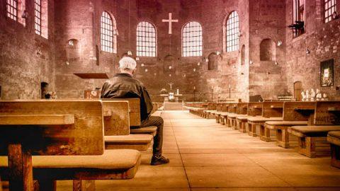 I cristiani pregano in chiesa