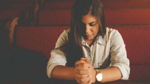 lei sta pregando, con un cuore tranquilla.