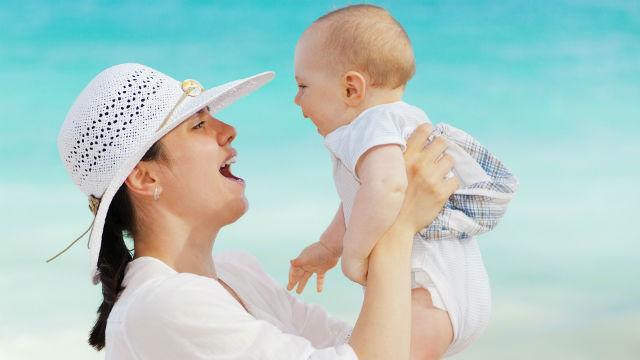 La mamma e il bambino vivono nella luce di Dio