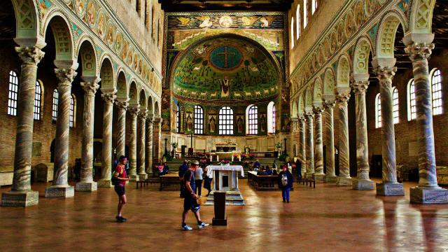 I cattolici adorano nella Chiesa cattolica