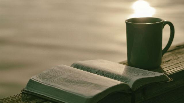 Leggendo la Bibbia vicino al fiume, cercando la verità nel regno dei cieli