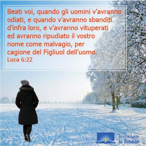 un cristiano che cammina nella neve