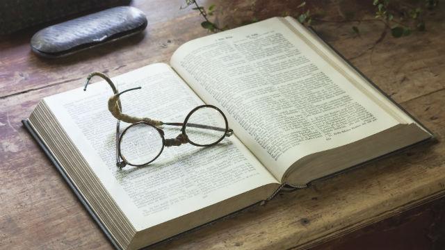 la Bibbia sul tavolo