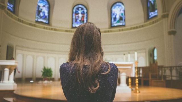 una cristiana in chiesa