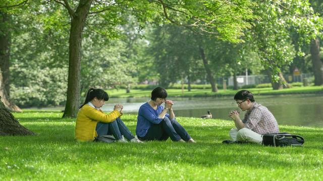 tre cristiani pregare vicino al fiume