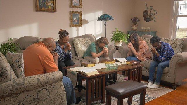 5 cristiani stanno pregando