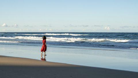 lei vicino al mare