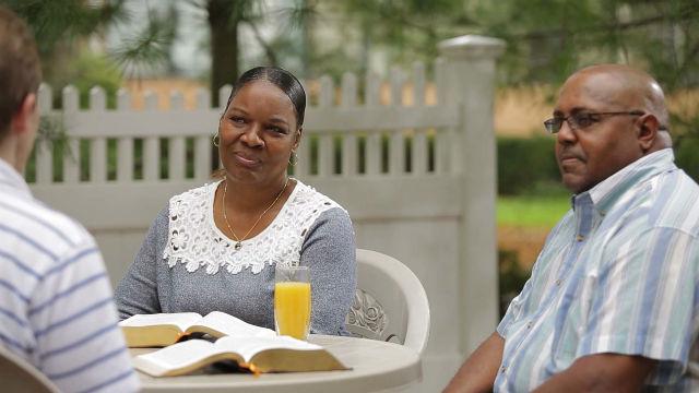 I cristiani discutono insieme per incontrare il Signore