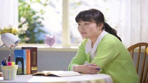 una cristiana legge le parole di Dio e cercano di capire l'amore di Dio
