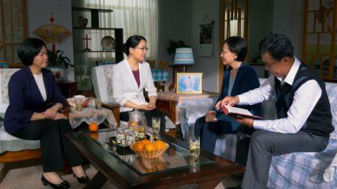 4 cristiani leggono la Bibbia insieme