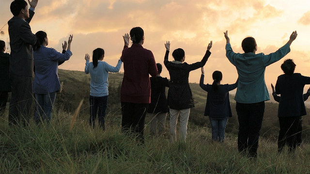 Cristiani che pregano in montagna