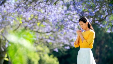 una cristiana sta pregando