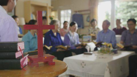 I cristiani discutono i misteri della Trinità nella riunione