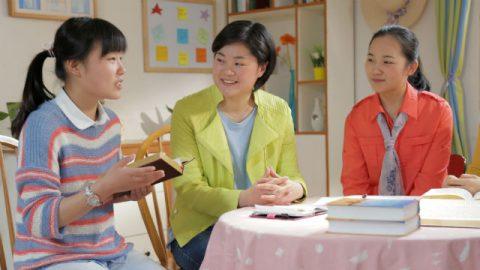 Tre cristiani leggere la Bibbia