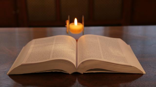 Che cos'è la Bibbia? La Bibbia sul tavolo