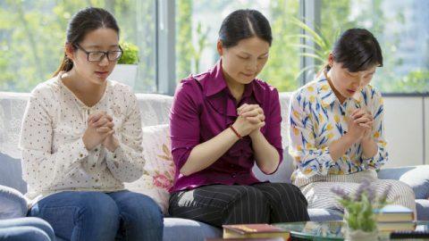 Tre cristiane pregano per cercare come servire Dio conformemente alla Sua volontà.