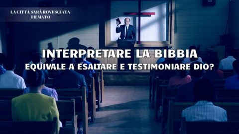 Il pastore interpreta la Bibbia nella chiesa