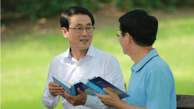 due cristiani leggono la Bibbia insieme