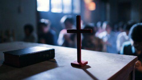 una croce sul tavolo