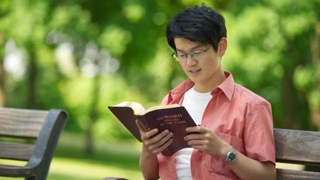Un cristiano sta praticando la devozione spirituale