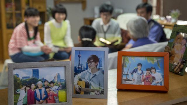 una famiglia cristiana leggono la parola di Dio