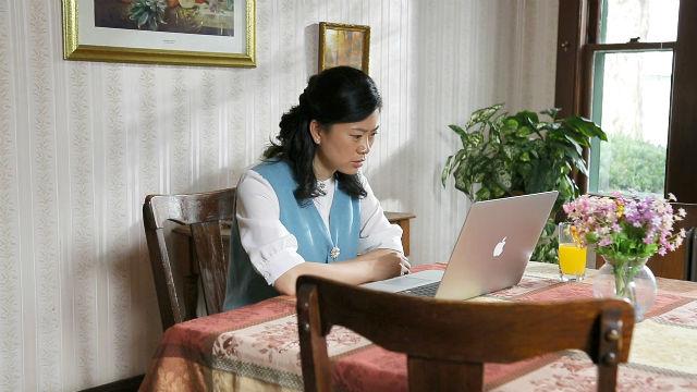 una cristiano leggere la parola di Dio con il PC