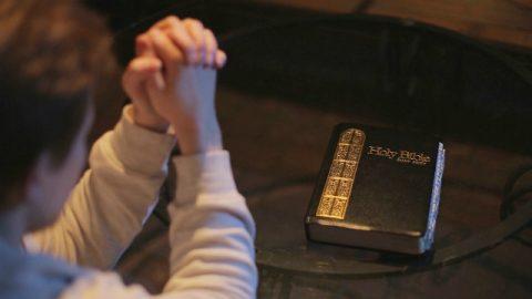 un cristiano legge la Bibbia e pregare a Dio