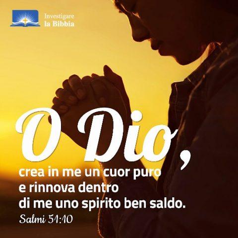 un cristiana sta pregando a Dio.