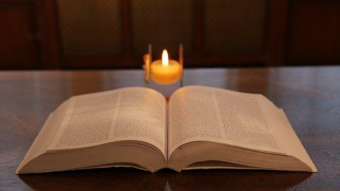 una Bibbia sul tavolo, leggiamo la profezia della Bibbia