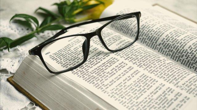 legge la bibbia