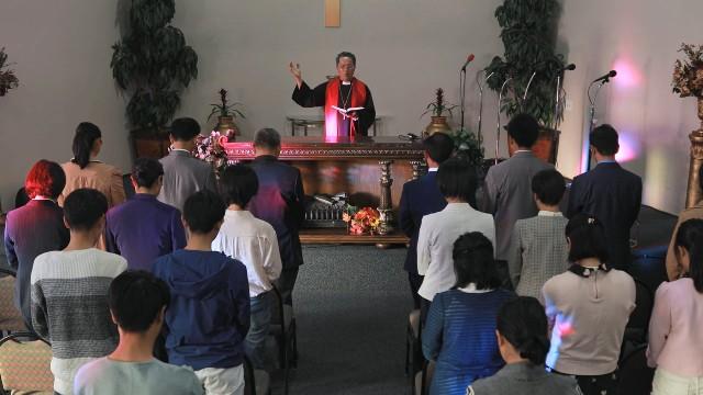 I cristiani pregano nella chiesa