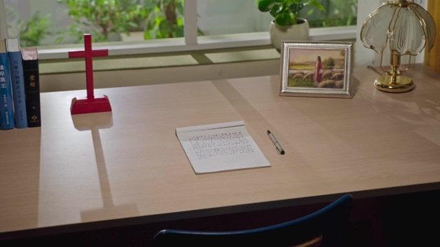 Croce e l'immagine del Signore Gesù sulla scrivania