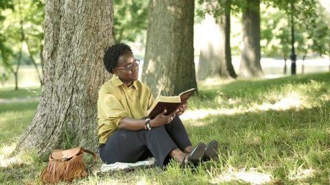 I cristiani della Chiesa Dio onnipotente leggono la parola di Dio