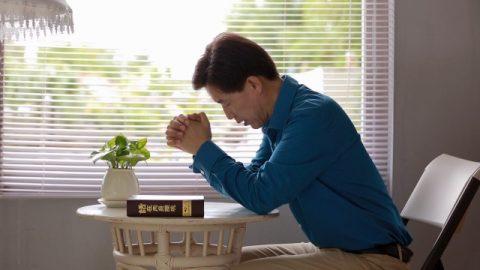 Un cristiano sta pregando Dio