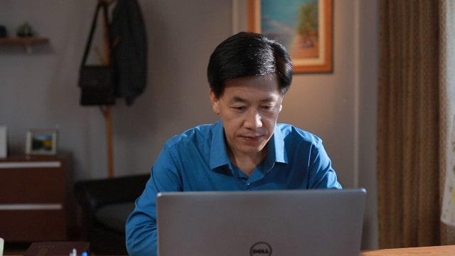 Un cristiano sta guardando film sull'internet