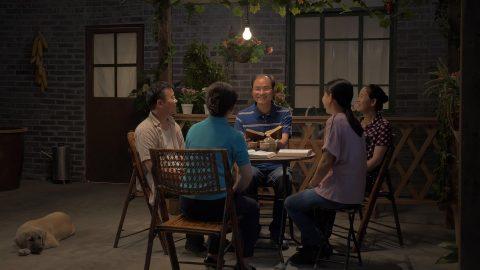 Un riunione di famiglia cristiana nel cortile